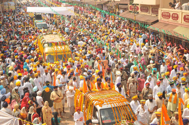Devotees throng nagar kirtan ahead of Gurpurb