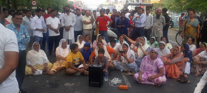 Woman's death: Kin hold protest outside police station