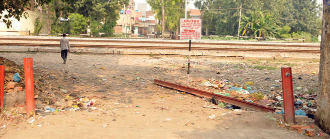 No lessons learnt, safety grills lie dismantled near Jaura Phatak