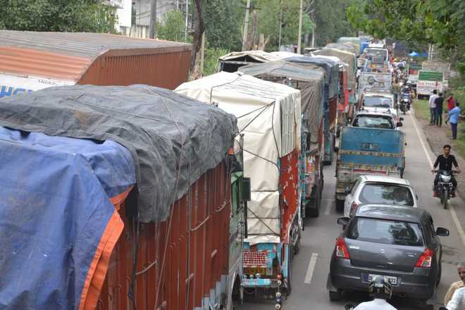 Dhar road witnesses huge traffic jam daily
