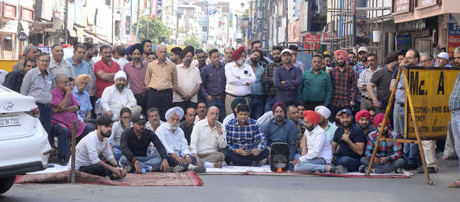 Traders protest, say no to paid parking at Hall Bazaar