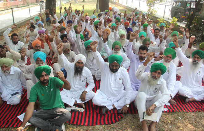 BKU (Lakhowal) holds protest, submits memo