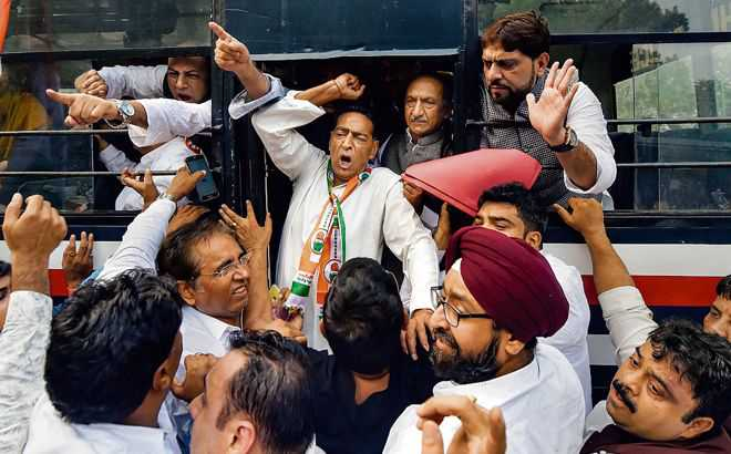 Cong men detained during protest at CM's residence
