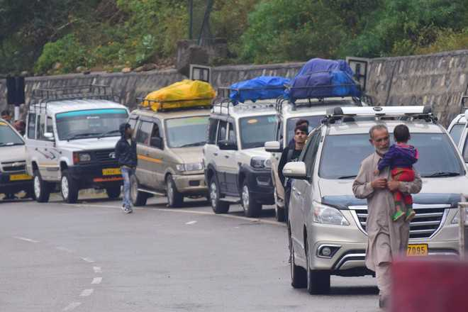 Heavy snowfall: Passengers, truckers stranded on NH