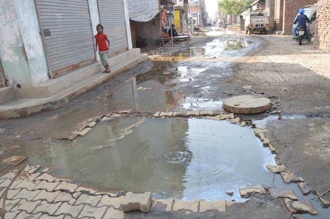 Open manholes death traps in Ward No. 28