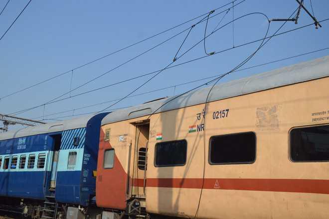 25000-volt cable snaps, falls on Delhi-Pathankot Exp