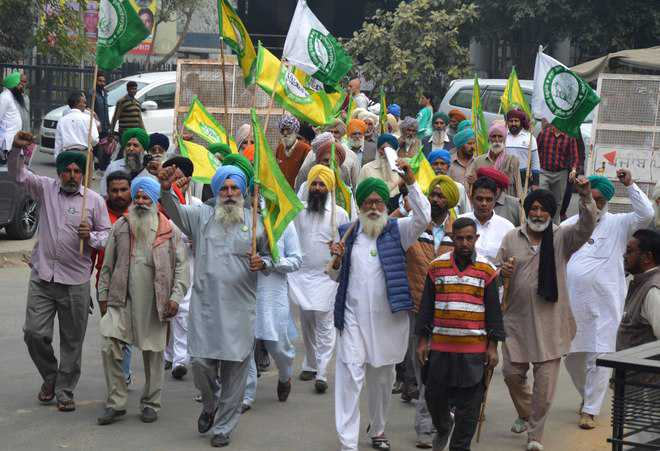 Farmers protest against registration of FIRs