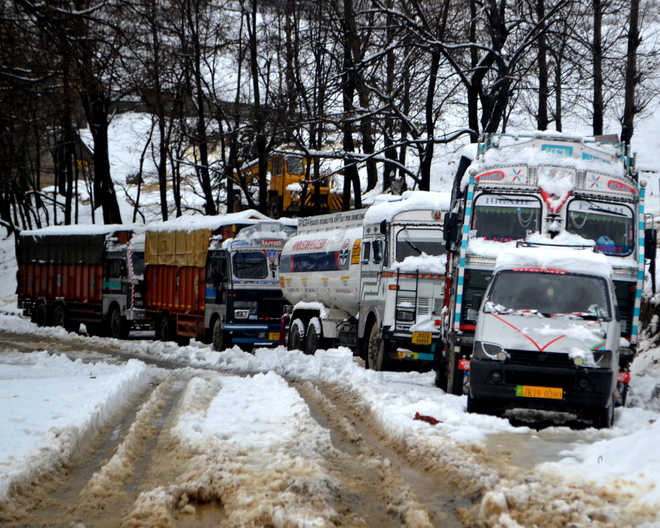 Fresh landslides hamper efforts to reopen Jammu-Srinagar highway