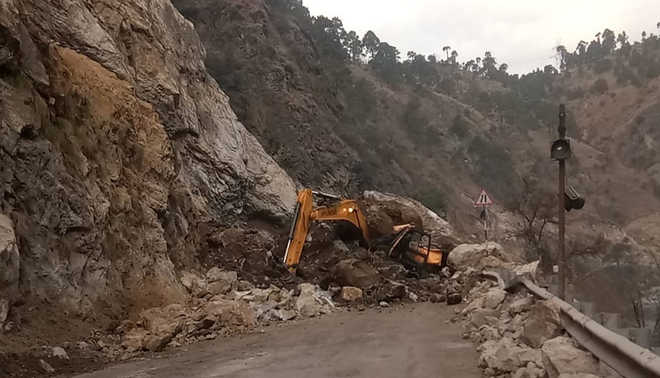 Landslide blocks Manali NH for 9 hours