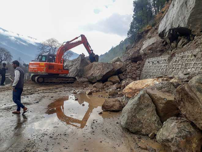 Avalanche sweeps away  5 vehicles in Kaza village
