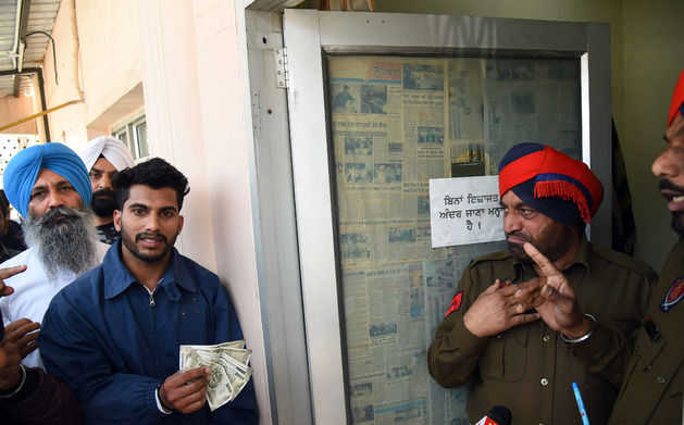 Bains catches cops taking bribe