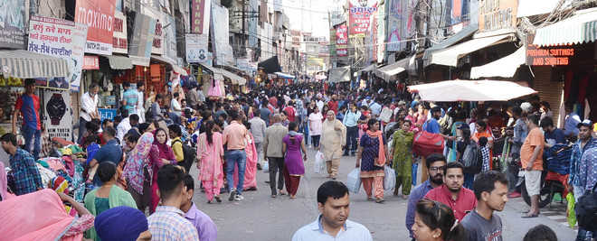 Growing crowd in the Sunday market