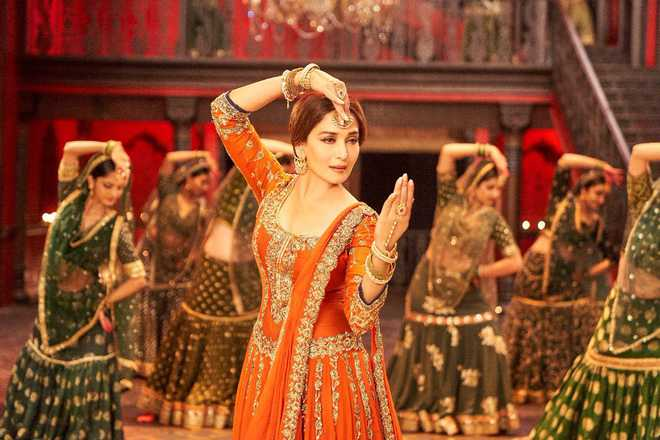 'Kalank' 'Tabaah Ho Gaye''out:  Madhuri Dixit dances to Saroj Khan's tune