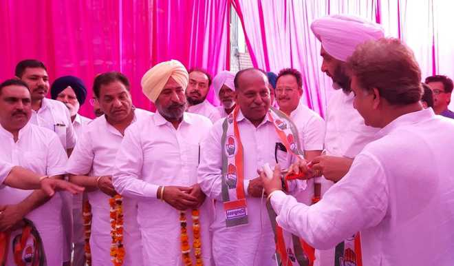 Councillor from Ward No. 27 joins Cong in presence of FM
