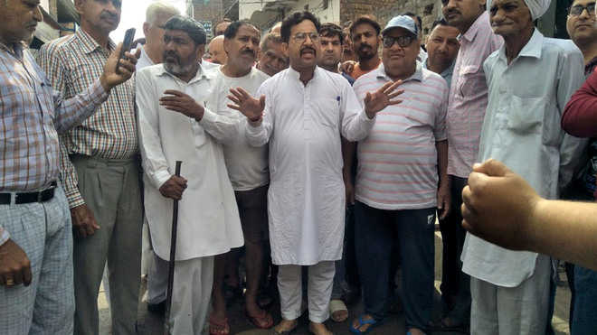 Irked over choked sewerage, SAD councillor cleans manhole