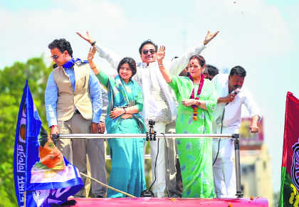 Shotgun campaigns for wife in Lucknow, Cong men fume