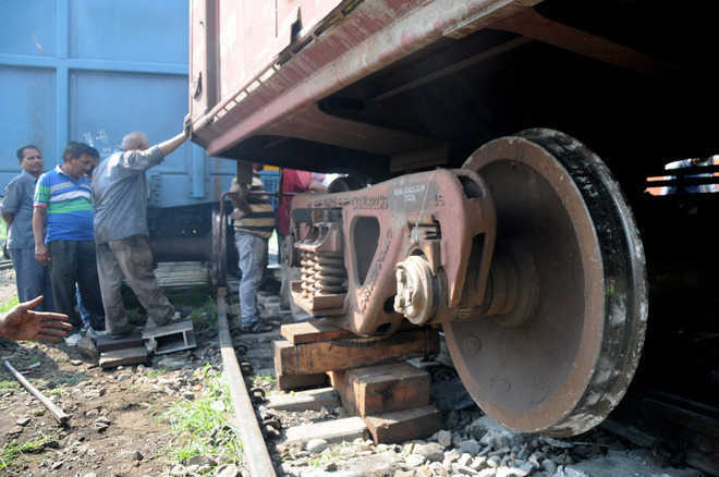 At least 15 injured as Howrah-New Delhi train derails near Kanpur