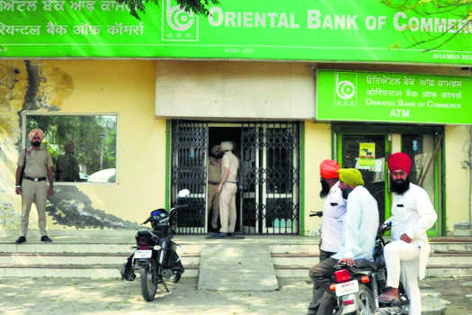 Over  Rs 7 lakh looted from bank