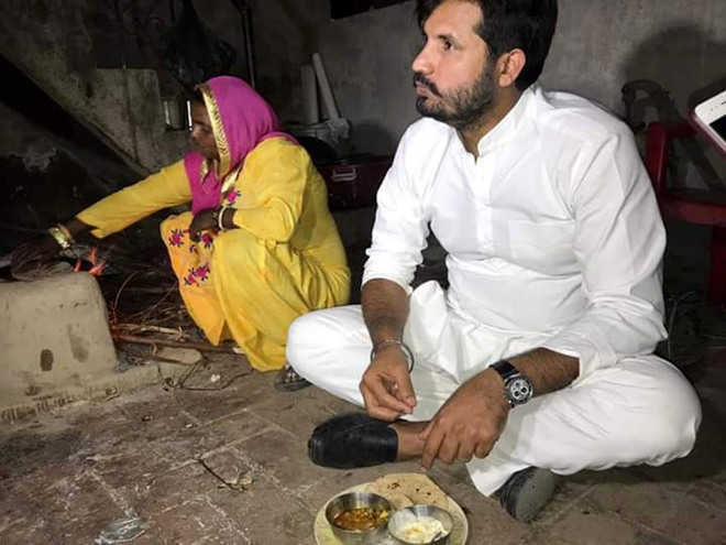 Congress candidate has dinner at labourer's house; rivals term it 'drama'