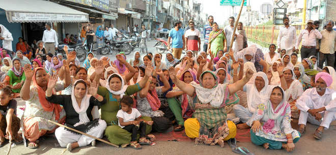 Firing victim's relatives block road, allege police inaction