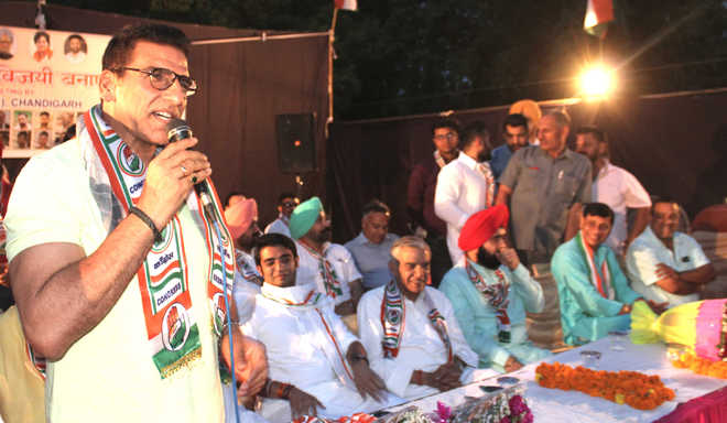 Actor Mukesh Rishi seeks votes for Cong