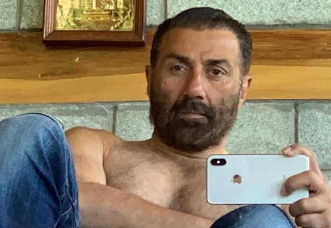Sunny Deol shares a shirtless selfie, flaunts his 'dhai kilo ka haath'