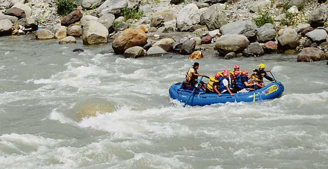 Kashmiri guide dies while saving 7 tourists after their boat capsized