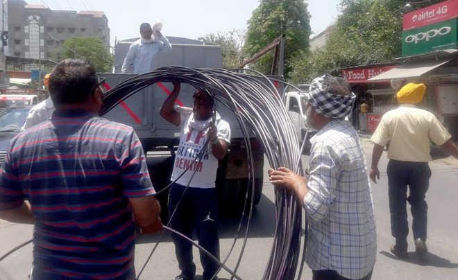 Civic body staff seize fibre cable of telecom firm