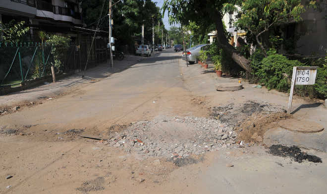 Threat of road cave-in irks residents of  Phase 7