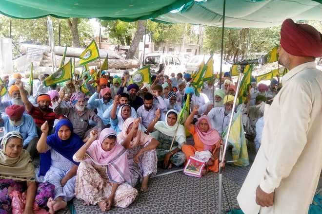 Farmers' protest at Cantt police station enters Day 3