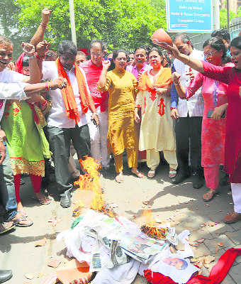 Lekhi protests against poor supply of water