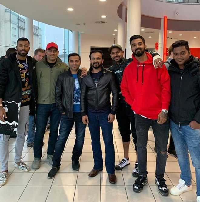 MS Dhoni with Indian cricket team enjoys 'Bharat' in England