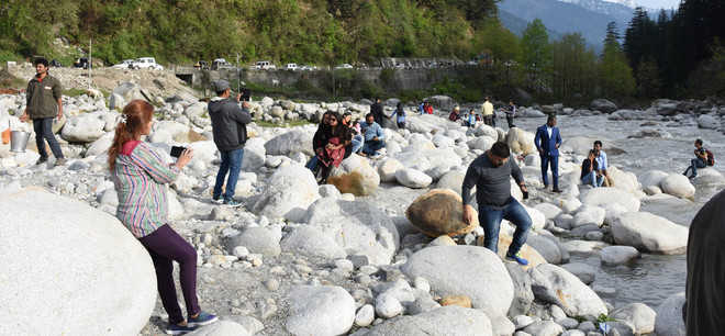 Ignoring admn's warning, tourists venturing near Beas