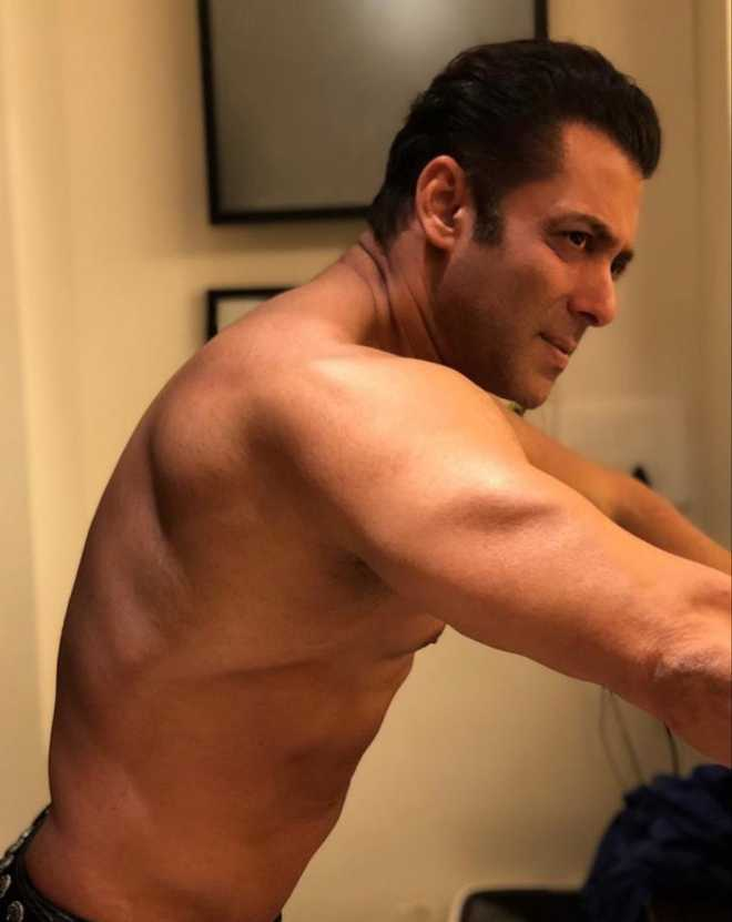 Salman goes shirtless, sets internet on fire!