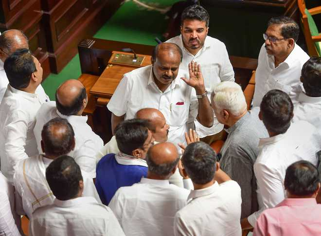 Karnataka trust vote likely on Monday; Cong-JDS struggles to win back rebels
