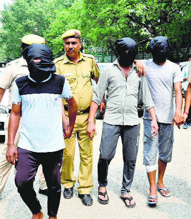 3 held for robbing pilot