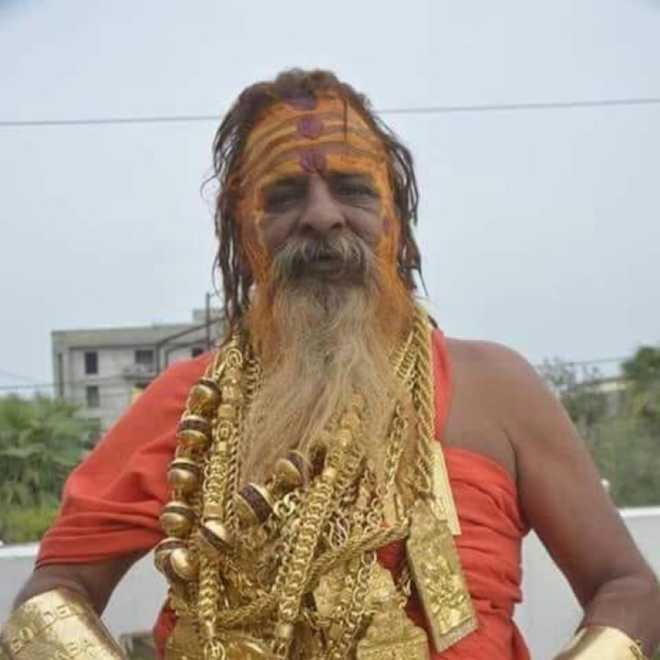 This Baba wears 16 kg gold ornaments, becomes centre of attraction ...