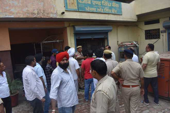 Thieves strike at bank, decamp with jewellery