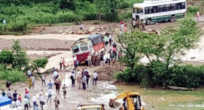 Rain disrupts traffic on Palampur highway