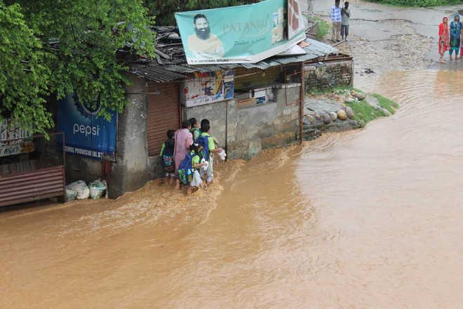 Heavy rain pounds Jammu region, brings life to halt
