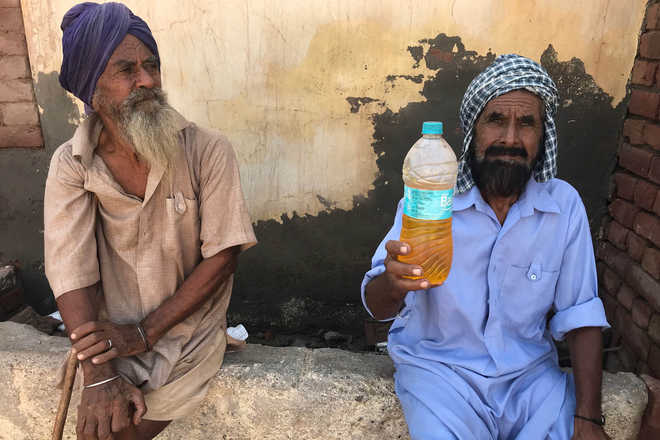 Dera residents walk miles to fetch drinking water