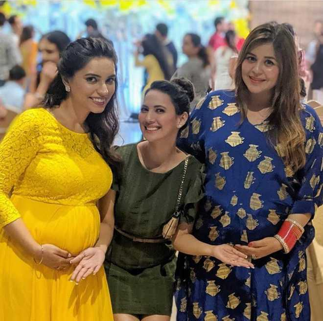 Kapil Sharma's wife Ginni Chatrath flaunts her baby bump, pictures go viral