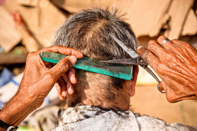 As migrant barbers flee Kashmir, locals offering haircut, shaving make fortune