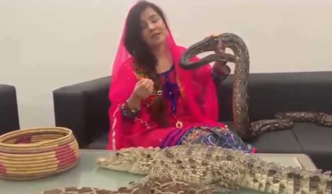 Pak singer threatens Modi with reptiles; faces jail