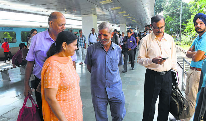 Cabbies, hotel agents badger passengers at rly station