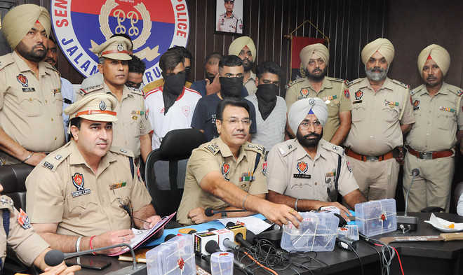 Looters' gang busted, 5 held with 2 pistols, ammunition